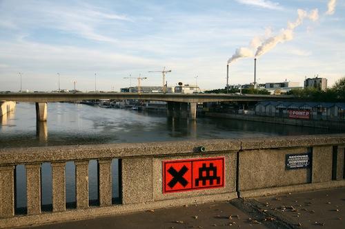 Invader sur pont à paris